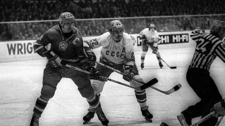 Виктор ЖЛУКТОВ (справа) стал лучшим бомбардиром Кубка Канады-1976. Фото Анатолий БОЧИНИН.