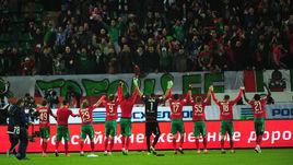 """Футболисты """"Локомотива"""" приветствуют своих болельщиков на стадионе в Черкизове."""