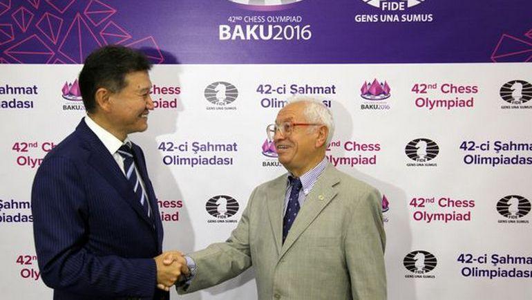 Кирсан ИЛЮМЖИНОВ вручил Золотой знак ФИДЕ известному шахматному деятелю, заслуженному тренеру России Борису ПОСТОВСКОМУ.