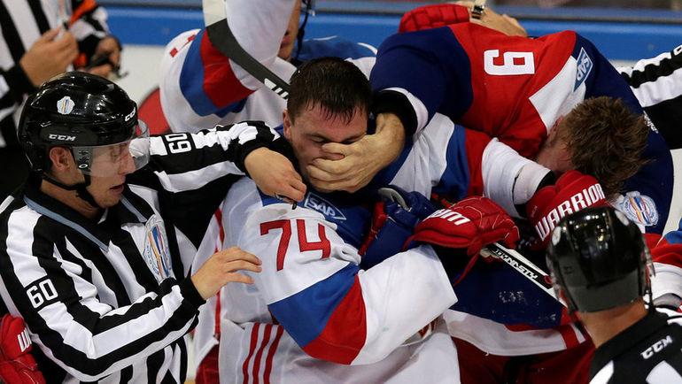 Стычка Алексея ЕМЕЛИНА и Милана МИХАЛИКА. Фото REUTERS