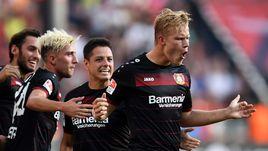 """Форвард """"Байера"""" Йоэль ПОХЬЯНПАЛО (справа) уже забил четыре гола в нынешнем сезоне."""