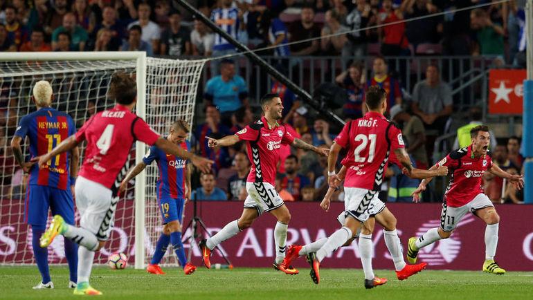 "Игроки ""Алавеса"" празднуют гол в ворота ""Барселоны"". Фото REUTERS"