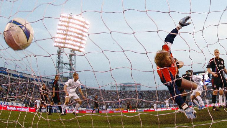 "1 мая 2008 года. Санкт-Петербург. ""Зенит"" - ""Бавария"" - 4:0. Мяч в воротах Оливера КАНА. Фото REUTERS"