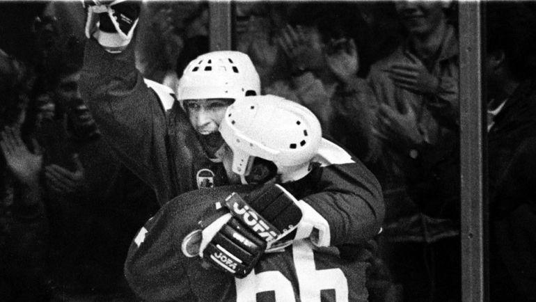 Нападающие сборной Канады Марио ЛЕМЬЕ и Уэйн ГРЕТЦКИ на Кубке Канады-1987. Фото AFP