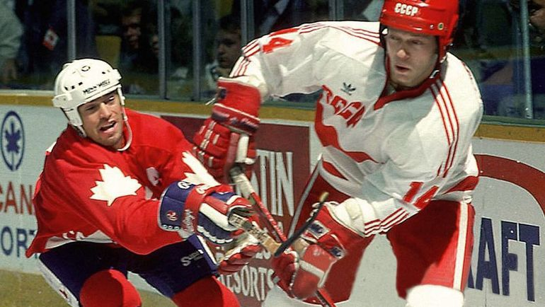 Анатолий ФЕДОТОВ (справа) в матче Кубке Канады-1987. Фото из личного архива хоккеиста