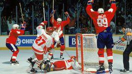 Уэйн ГРЕТЦКИ (№99) празднует гол в ворота сборной СССР.