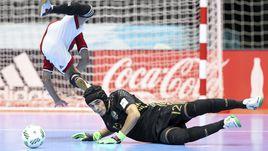 Среда. Медельин. Египет - Россия - 1:6. Голкипер нашей сборной ГУСТАВО отражает атаку египтян.