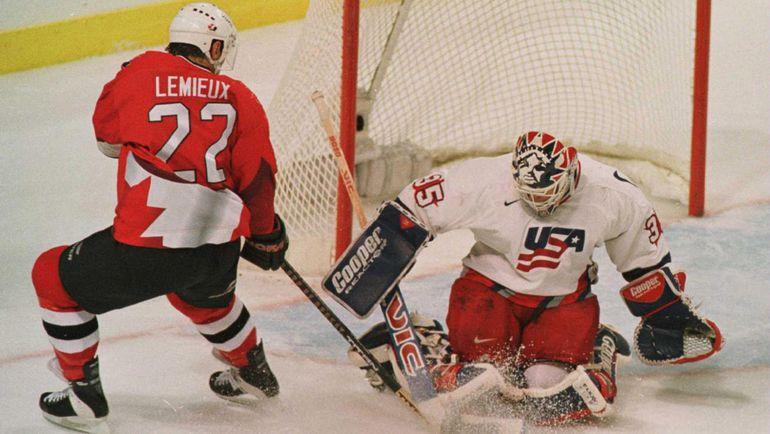 Клод ЛЕМЬЕ атакует ворота сборной США. Фото НХЛ