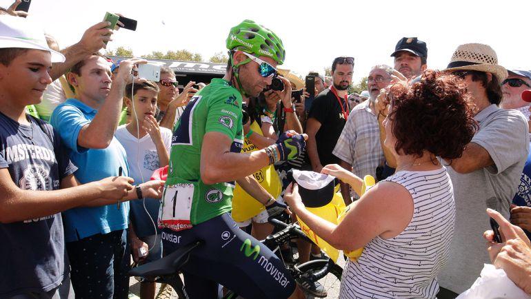 """Алехандро ВАЛЬВЕРДЕ раздает автографы поклонникам во время """"Вуэльты"""". Фото AFP"""