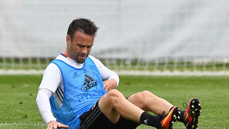 Матье ВАЛЬБУЭНА получил травму и не сыграет со своей бывшей командой. Фото AFP