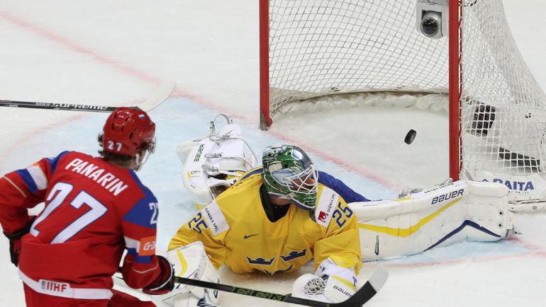 Артемий ПАНАРИН забрасывает шайбу в шведские ворота. Фото REUTERS