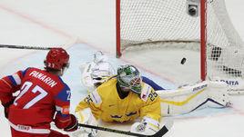 Артемий ПАНАРИН забрасывает шайбу в шведские ворота.