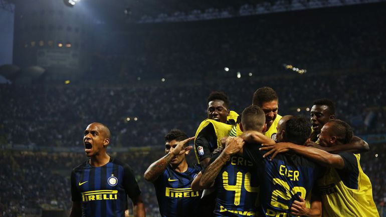 "Сегодня. Милан. ""Интер"" - ""Ювентус"" - 2:1. Хозяева празднуют гол в ворота туринцев. Фото AFP"