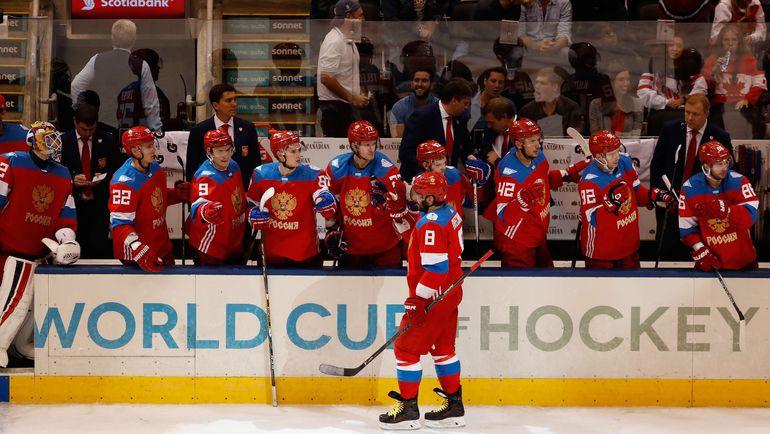 Воскресенье. Торонто. Россия - Швеция - 1:2. Партнеры поздравляют Александра ОВЕЧКИНА с заброшенной шайбой. Фото AFP