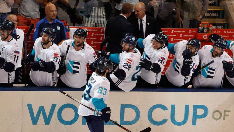 """Понедельник. Торонто. Чехия - Европа - 2:3 ОТ. """"Европейцы"""" поздравляют Матса ЦУККАРЕЛЛО с заброшенной шайбой. Фото AFP"""