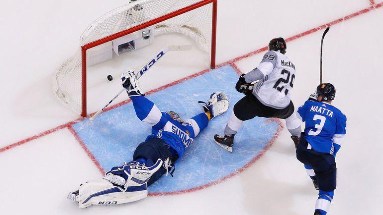 Сборная Северной Америки забрасывает шайбу в ворота Финляндии. Фото AFP