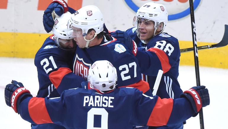 Игроки сборной США празднуют заброшенную шайбу. Фото USA TODAY Sports