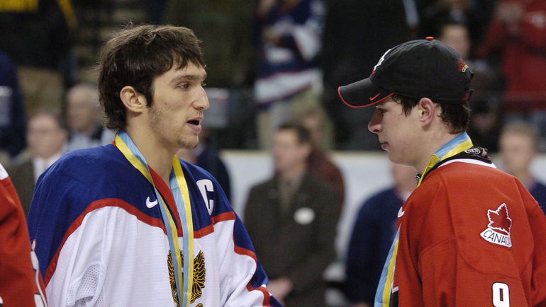 Александр ОВЕЧКИН и Сидни КРОСБИ после финального матча молодежного чемпионата мира в 2005 году. Фото Reuters