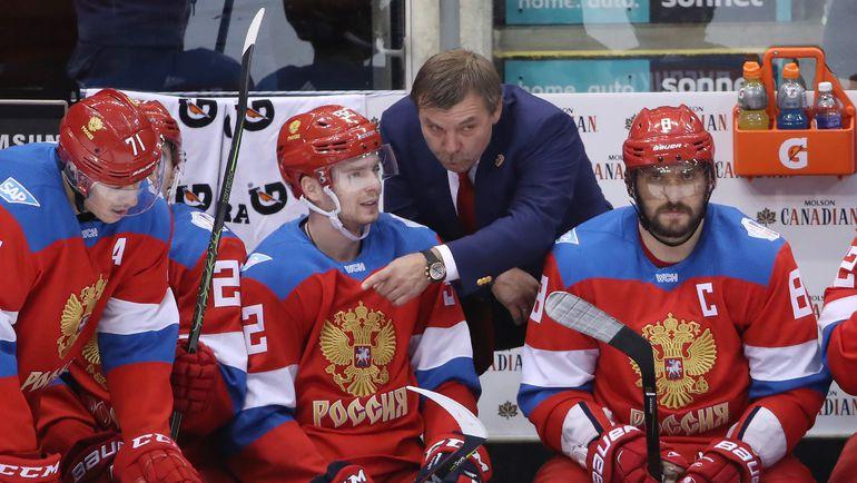 Четверг. Торонто. Россия - Финляндия - 3:0. Олег ЗНАРОК (в центре) дает указания подопечным. Фото AFP
