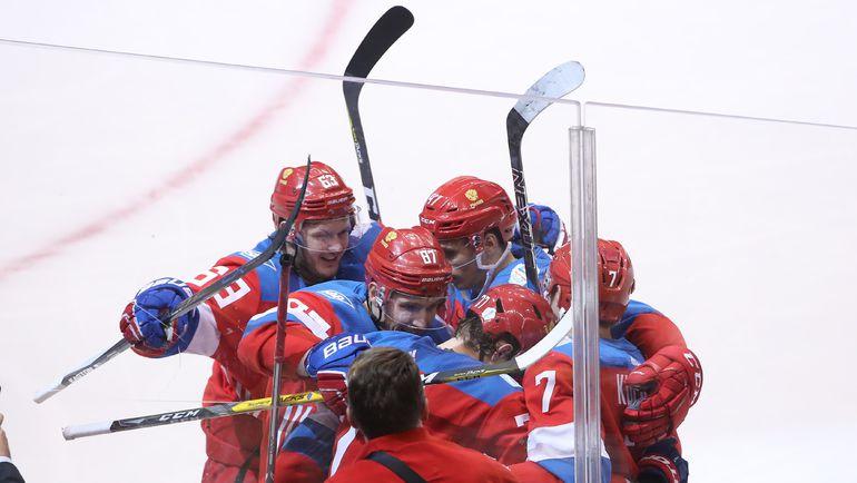 Партнеры поздравляют Ивана ТЕЛЕГИНА с первым голом на Кубке мира. Фото AFP