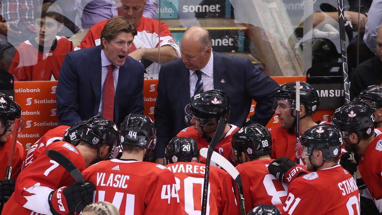 Главный тренер сборной Канады Майк БЭБКОК и его подопечные. Фото AFP