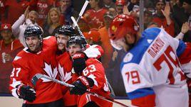 Суббота. Торонто. Канада - Россия - 5:3. Дуэт Андрея МАРКОВА (справа) и Алексея Емелина находился на льду при четырех шайбах канадцев.