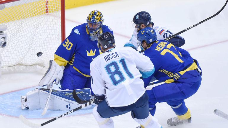 Сегодня. Торонто. Швеция - Европа - 2:3 ОТ. Хенрик ЛУНДКВИКСТ останавливает Мариана ГОССУ. Фото AFP