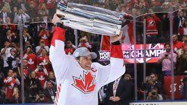 Четверг. Торонто. Европа - Канада - 1:2. Капитан сборной Канады Сидни КРОСБИ с Кубком мира.