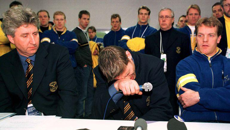 17 февраля 1998 года. Нагано. Ульф САМУЭЛЬССОН (в центре) и капитан сборной Швеции Калле ЮХАНССОН (справа). Фото REUTERS