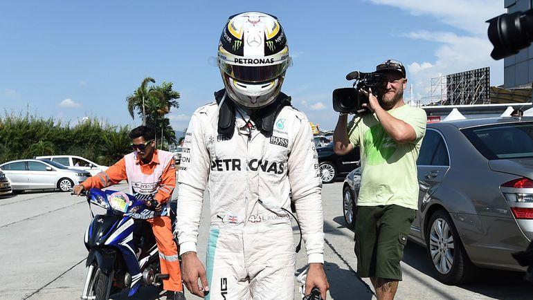 """Сегодня. Куала-Лумпур. Льюис ХЭМИЛТОН уверенно лидировал в """"Гран-при Малайзии"""", но не смог завершить гонку из-за возгорания мотора на его """"Мерседесе"""". Фото AFP"""