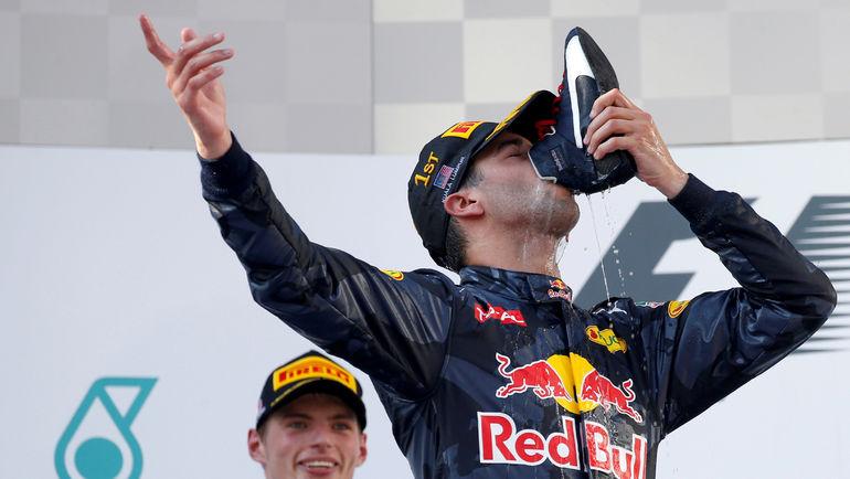 Даниэль РИККЬЯРДО и победное шампанское из ботинка. Фото REUTERS