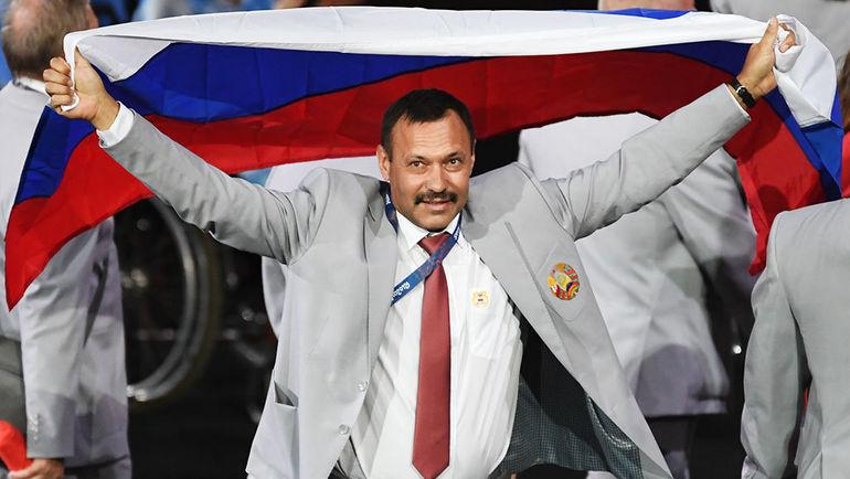 Андрей ФОМОЧКИН с флагом России. Фото НТВ