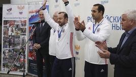 Главный тренер сборной России Сергей СКОРОВИЧ (в центре) и президент АМФР Эмиль АЛИЕВ (справа).