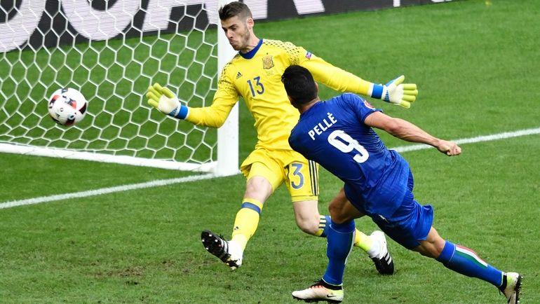 27 июня. Сен-Дени. Италия - Испания - 2:0. Грациано ПЕЛЛЕ (№9) забивает гол в ворота Давида ДЕ ХЕА. Фото AFP