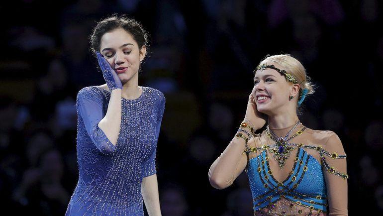 2 апреля 2016 года. Евгения МЕДВЕДЕВА (слева) стала чемпионкой мира, а бронзовую медаль завоевала Анна ПОГОРИЛАЯ. Фото REUTERS