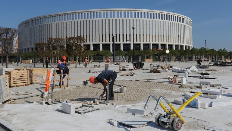 """Вчера. Краснодар. Рабочие готовят новый стадион """"Краснодара"""" и прилегающие территории к первому в его истории матчу. Фото Александр ФЕДОРОВ, """"СЭ"""""""
