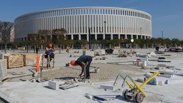 """Вчера. Краснодар. Рабочие готовят новый стадион """"Краснодара"""" и прилегающие территории к первому в его истории матчу."""