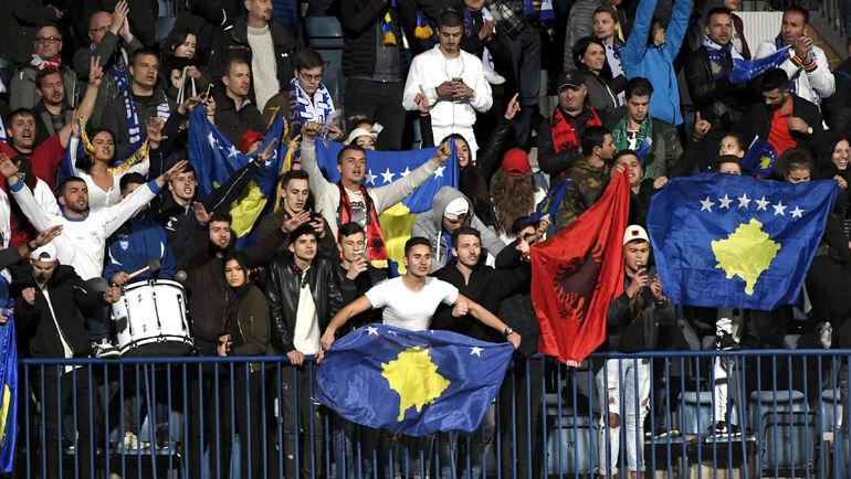 Болельщики сборной Косова готовятся к первому формально домашнему матчу. Фото REUTERS