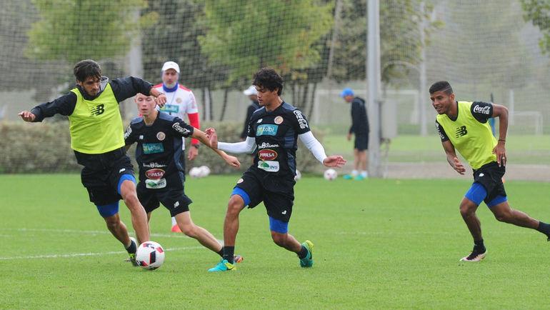 Ельцин ТЕХЕДА (в центре) на тренировке сборной Коста-Рики. Фото Александр ФЕДОРОВ, «СЭ»