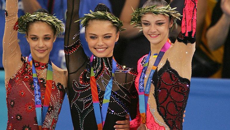 2004 год. Ирина ЧАЩИНА, Алина КАБАЕВА и Анна БЕССОНОВА на Олимпиаде в Афинах. Фото AFP