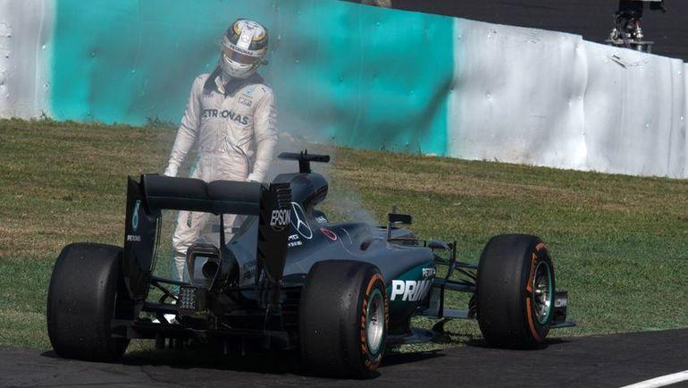 2 октября. Сепанг. Льюис ХЭМИЛТОН покидает гонку из-за поломки двигателя. Фото AFP