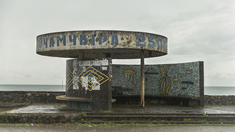 """Автобусная остановка в городе Очамчира. Фото Юрий ГОЛЫШАК, """"СЭ"""""""