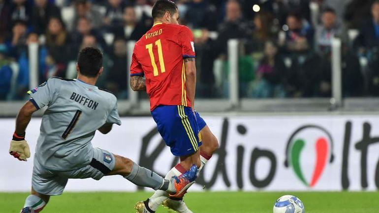 Ошибка Джанлуиджи БУФФОНА (№1) привела к голу ВИТОЛО (№11) в ворота испанцев. Фото AFP