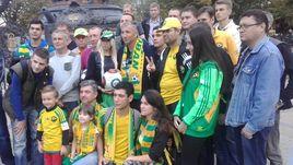 """Пятница. Краснодар. Дан ПЕТРЕСКУ (в центре) встретился с болельщиками """"Кубани"""", чтобы попрощаться."""