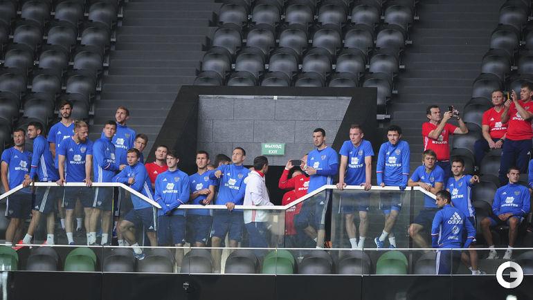 Суббота. Краснодар. Тренировкая сборной России. Игроки осматривают арену.