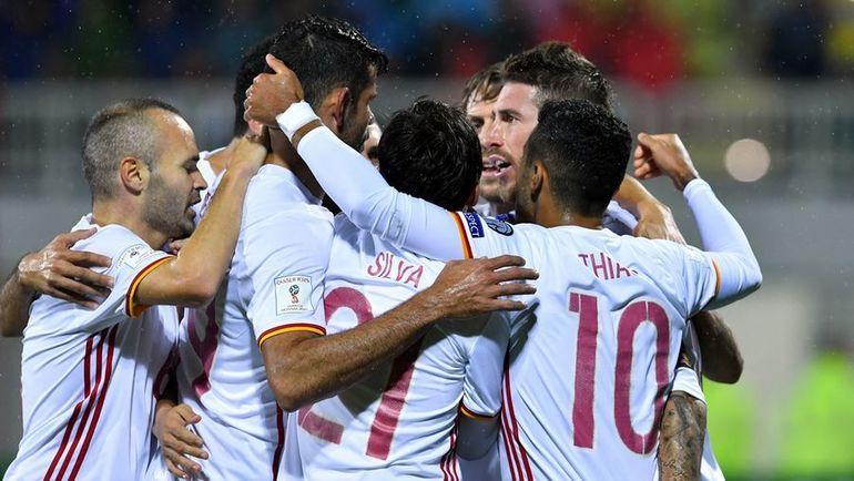 Воскресенье. Шкодер. Албания - Испания - 0:2. Испанцы отмечают победу. Фото AFP