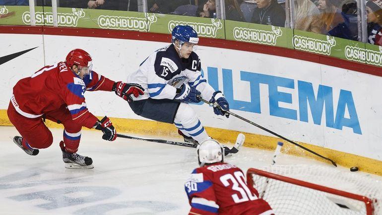 Дмитрий СЕРГЕЕВ (слева) в борьбе с Микко РАНТАНЕНОМ в финальном матче молодежного чемпионата мира в Хельсинки. Фото REUTERS
