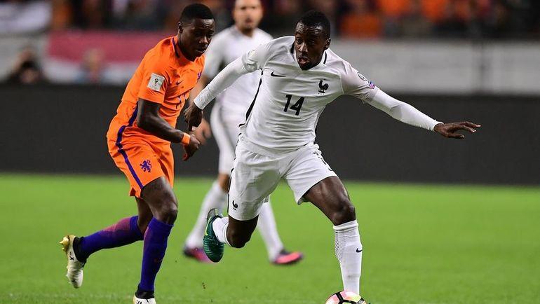 Понедельник. Амстердам. Голландия - Франция - 0:1. Квинси ПРОМЕС (слева) в борьбе с Блэзом Матюиди. Фото AFP