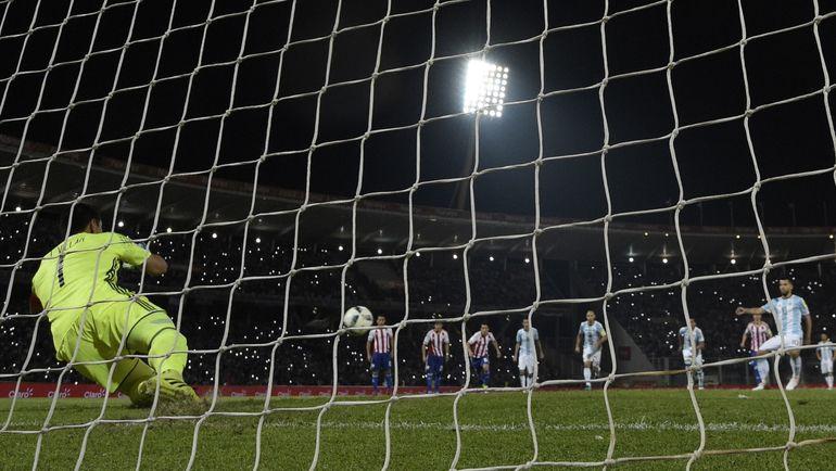 Вторник. Аргентина – Парагвай – 0:1. Хусто ВИЛЬЯР (№1) отбивает пенальти Серхио АГУЭРО. Фото AFP