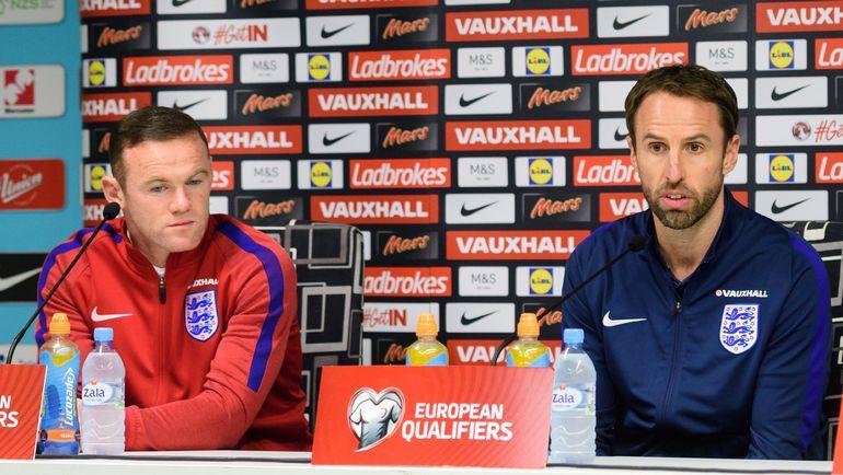 Уэйн РУНИ (слева) и и.о. главного тренера сборной Англии Гарет САУТГЕЙТ. Фото AFP